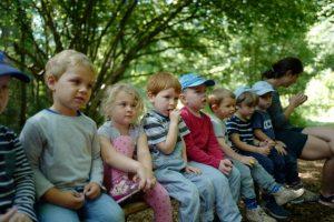 Kinder hören Geschichten mit Carola Bambas